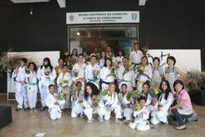 Alunos da Nagai participando da Oficina de Ikebana, do Consulado Geral do Japão
